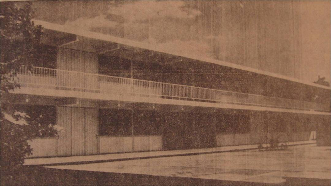 """Vista del nuevo edificio de la escuela primaria Rodolfo Menéndez de la Peña, construida por el Gobierno Federal en los antiguos terrenos de la quinta """"Carmita"""" (calles 49 y 82), con un costo de $1.165,000, e inaugurado ayer. - (Foto Avila)"""